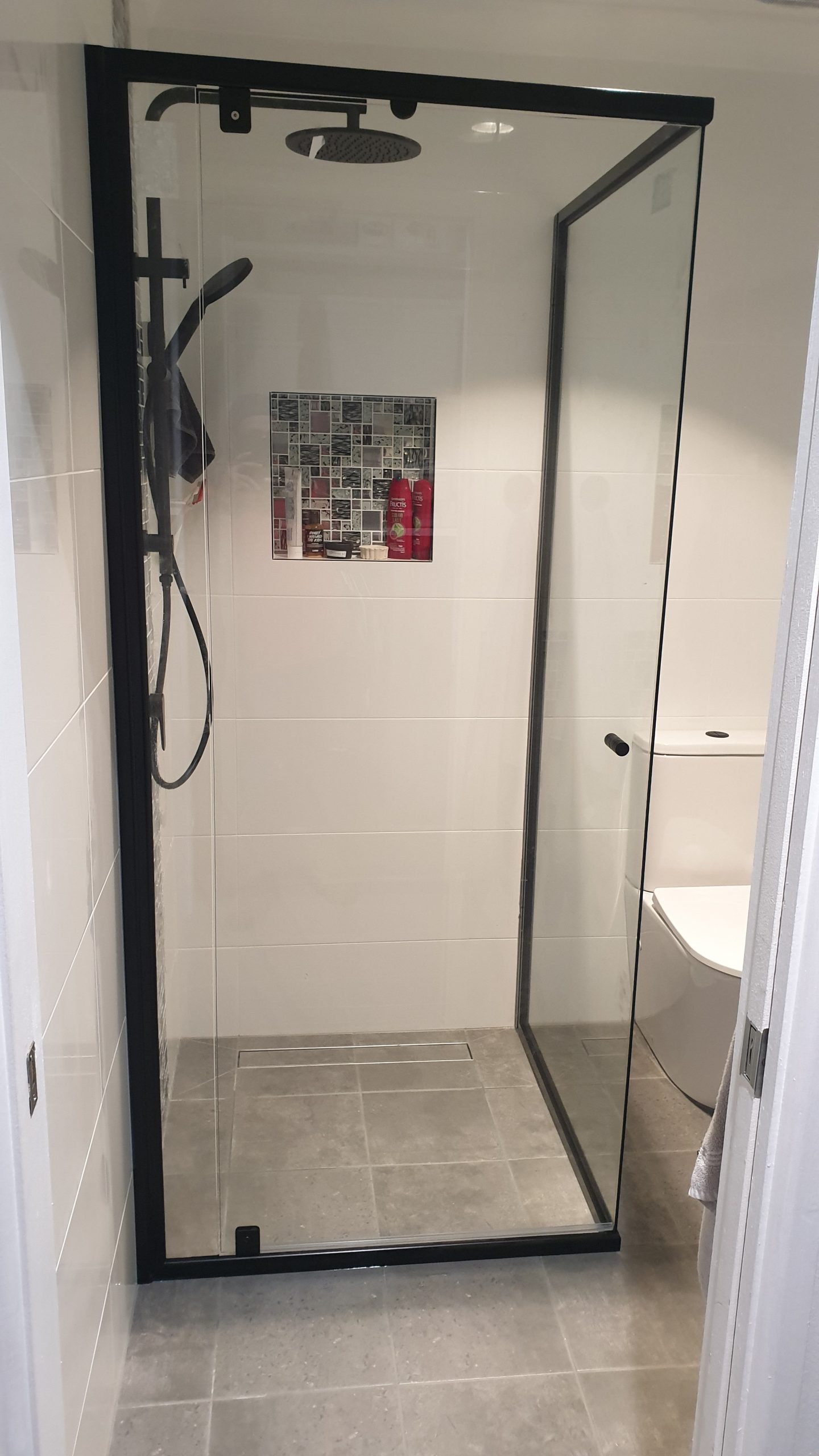 Read more about the article Semi-frameless Shower Screens Pros and Cons